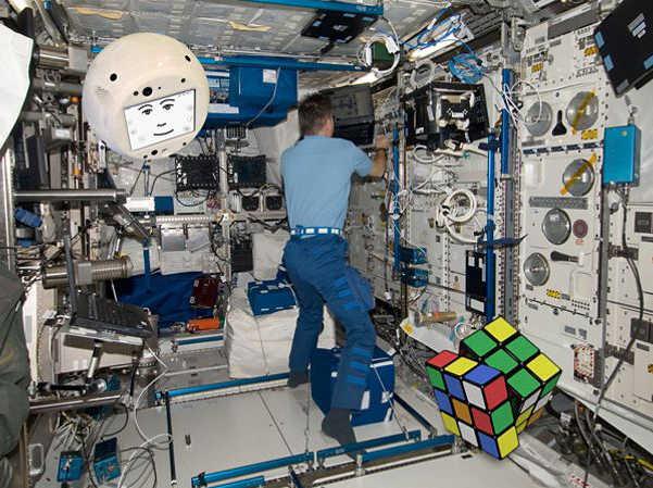 CIMON soll auch Experimente wie etwa mit dem Rubik Zauberwürfel lösen.