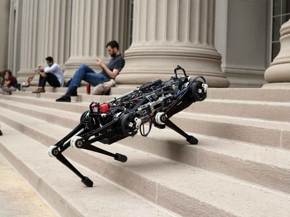 Cheetah 3 - der Roboter-Hund vom Massachusetts Institute of Technology MIT kann Treppensteigen, Springen und Rennen. Auch Hindernisse sind kein Problem. Erinnert an Roboter-Hunde aus der Fernsehserie Black Mirror.