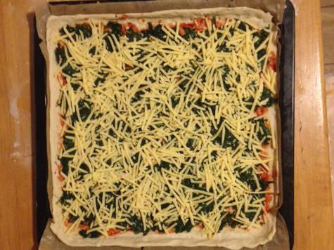 Vegane Pizza Spinat (Spinaci) vom Blech mit Käse-Ersatz. Das ist ein veganer Käseersatz.