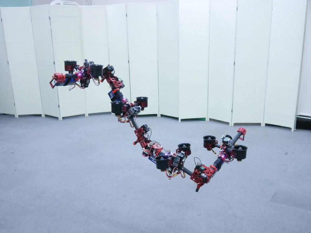 Die Drachen-Drohne Dragon ist ein mehrgliedriger Flug-Roboter, entwickelt von Forschern des JSK Lab der Universität Tokio unter der Verantwortung des Forschers Moju Zhao.