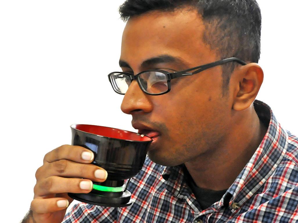 Elektrische Suppenschale von Nimesha Ranasinghe. Mit dieser Suppenschale kann die Säuerlichkeit von Miso-Suppe erhöht werden, indem elektrische Stimulationen an die Zunge angelegt werden.