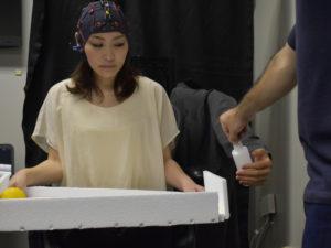 Roboterarm, der über die Gedanken gesteuert wird, während die Probandin mit etwas anderem beschäftigt ist. Das ist modernes Multitasking.