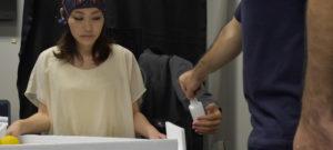 Versuchsteilnehmer bewegt über Gedankensteuerung einen Roboterarm während sie einen Ball balanciert. Das ist Multitasking auf neuem Niveau.
