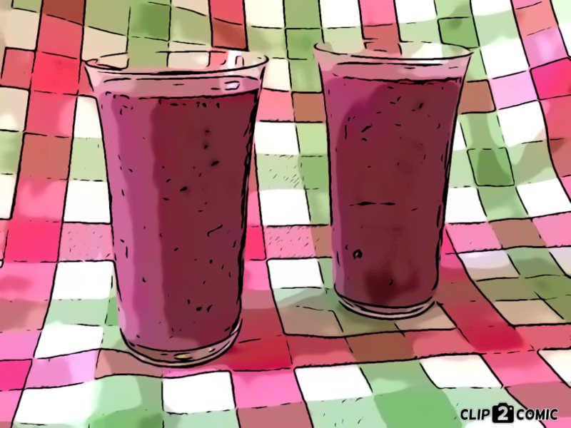 Veganer Milchshake mit Hafermilch und einem Mix aus Beeren: Himbeeren, Brombeeren, Erdbeeren, Heidelbeeren und Rote Johannisbeeren