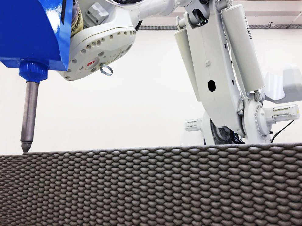 Der 3D-Betondrucker der Firma XtreeE, mit dem die gewebten 3D-Beton-Bänke gedruckt wurden.
