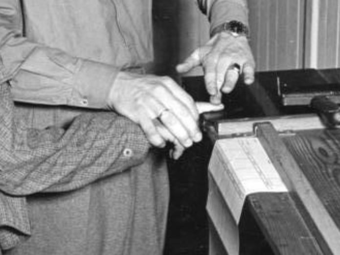 Hier wird ein Fingerabdruck abgenommen mit Stempelkissen und Papier.