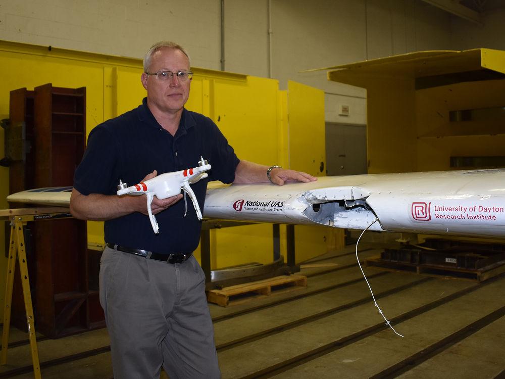 Wenn eine Drohne mit einem Flugzeug kollidiert entsteht ein großes Loch im Flugzeugflügel nach dem Zusammenstoss.