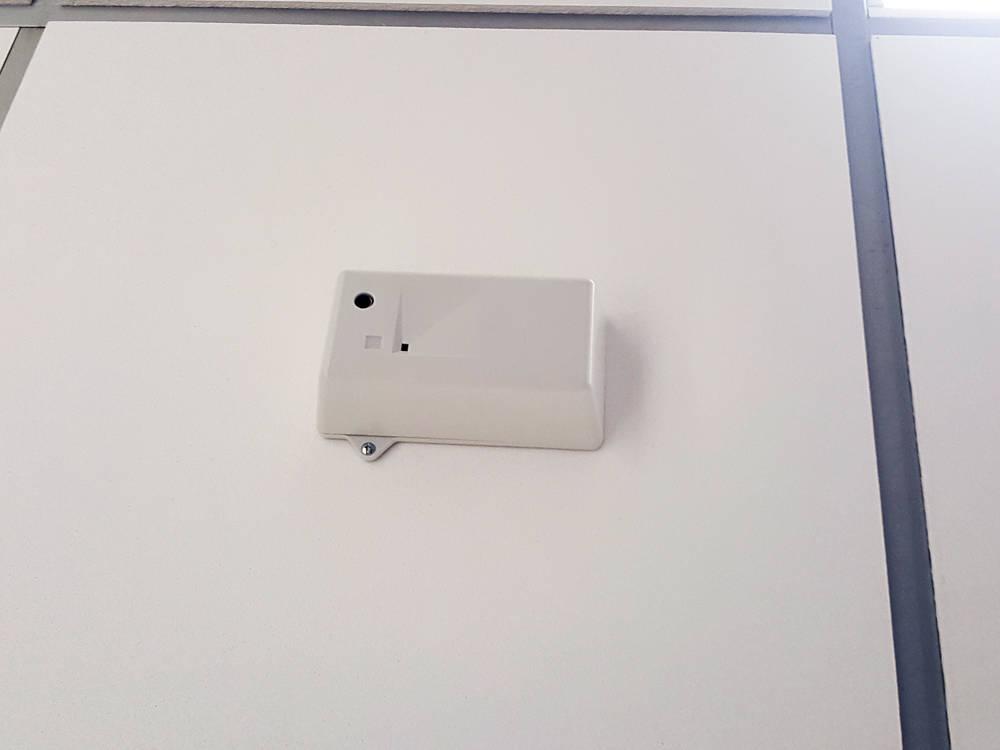 Im Fly Sense Überwachungsgerät ist sowol ein Sensor verbaut, der Geräusche wahrnehmen kann - womit Prävention gegen Mobbing möglich wird, als auch ein solcher, der Rauch bemerkt, etwa von E-Zigaretten.