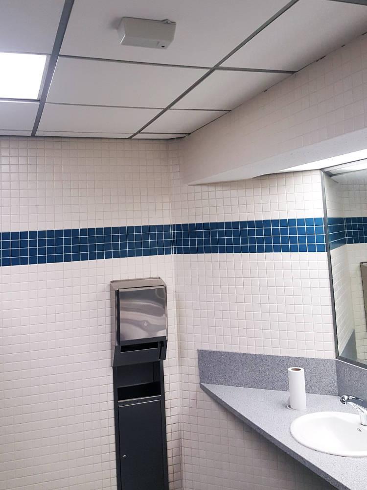 Mit dem Fly Sense Mobbing- und E-Zigaretten-Rauchmelder können Mobbing-Angriffe zum Beispiel auf der Toilette in der Schule bemerkt werden. Gleiches gilt für das Rauchen von E-Zigaretten auf dem Schulklo.