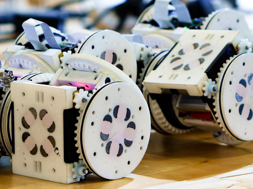 Diese vielen SMORES Modulen können einen Roboter mit vielen verschiedenen Formen schaffen.