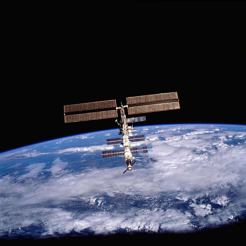 Die ISS-Raumstation mit der Erde im Hintergrund.