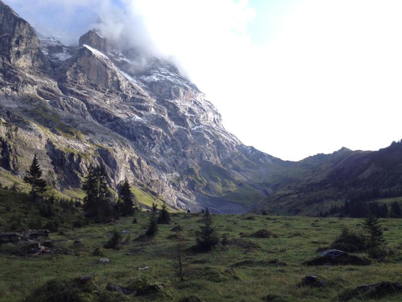 Ob das Biwakieren erlaubt ist oder nicht, hängt oft davon ab, ob es sich um ein Schutzgebiet handelt wie hier in den Schweizer Alpen.