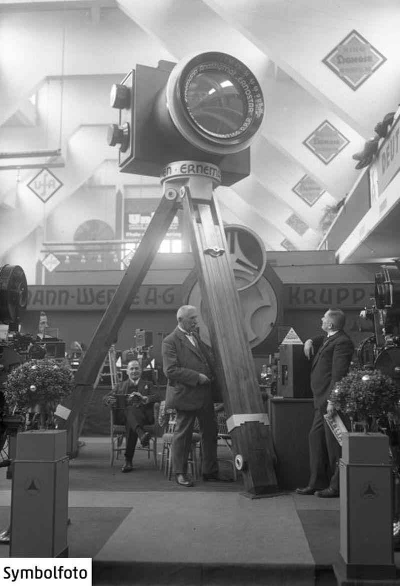 Die größte Kamera der Welt auf einer Fachausstellung im Jahr 1931.