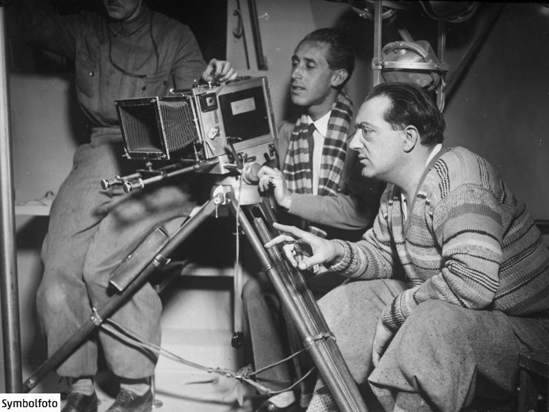 Fritz Lang und der Kameramann Curt Courant bei Dreharbeiten des Films Die Frau im Mond.