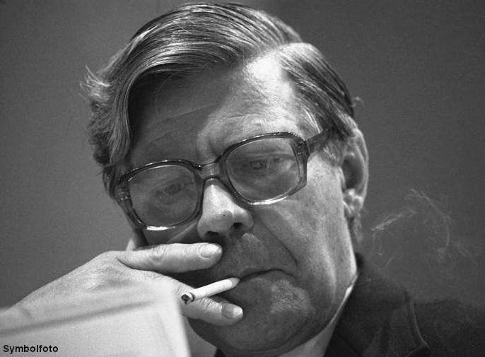Helmut Schmidt raucht eine Zigarette