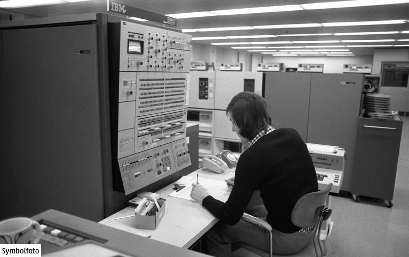 Ein IBM-Computer zur elektronischen Datenverarbeitung im VW-Werk in Wolfsburg im Jahr 1973.