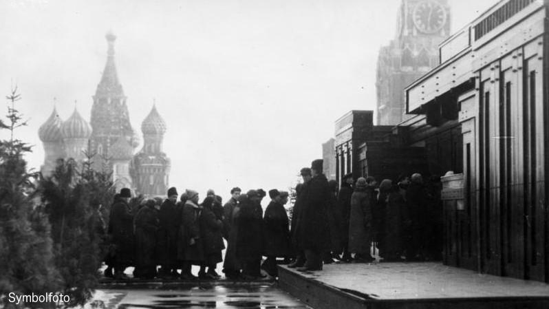 Eine lange Schlange vor dem Lenin-Mausoleum in Moskau, Russland.