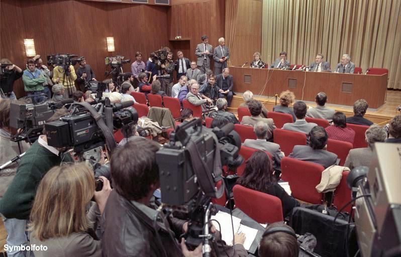Günter Schabowski auf der Pressekonferenz am 9. November 1989
