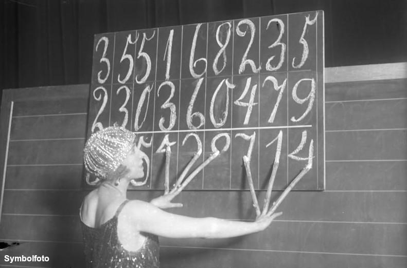 Eine Frau schreibt mit sechs Fingern gleichzeitig.
