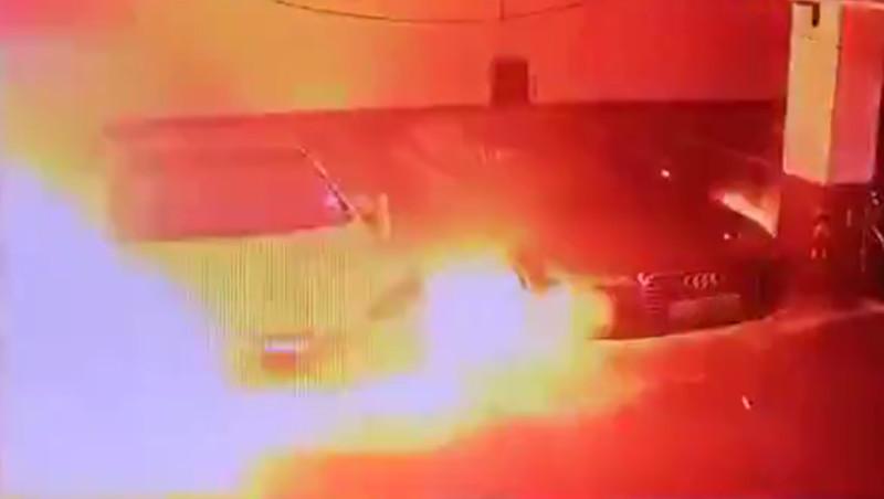 Tesla Model S explodiert nach Rauchbildung. Die Explosion fand in einer Garage in Shanghai statt.