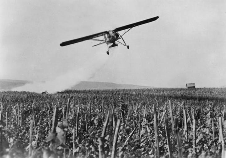 Schädlingsbekämpfungsmittel (Pestizide) werden mit dem Flugzeug versprüht.