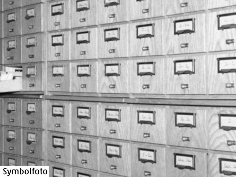 So ähnlich sieht auch der analoge Zettelkasten Niklas Luhmann aus, der jetzt digitalisiert wurde und online zugänglich ist.