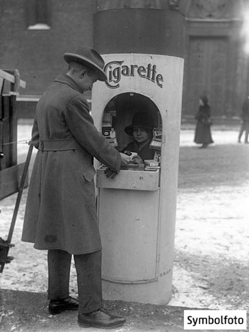 Ein Zigaretten-Kiosk in Form einer Riesenzigarette in den 1930er Jahren in Berlin.