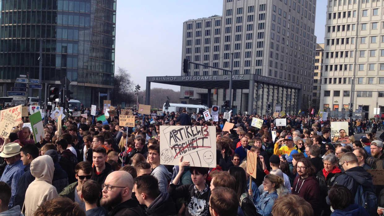 Demonstration gegen Uploadfilter und das EU-Leistungsschutzrecht am 23. März 2019 in Berlin. Der Protest richtet sich gegen die EU-Richtlinie im Rahmen der EU-Urheberrechtsreform.