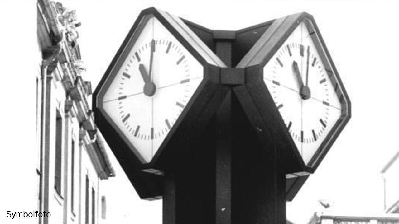 Eine Uhr auf einem Platz.