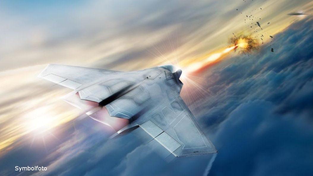 Ein Kampfjet feuert einen Laser-Strahl und zerstört eine Rakete oder ein anderes fliegendes Ziel. Das Hochenergielaser-System wird Lockheed Martin zusammen mit dem Air Force Research Lab entwickelt.