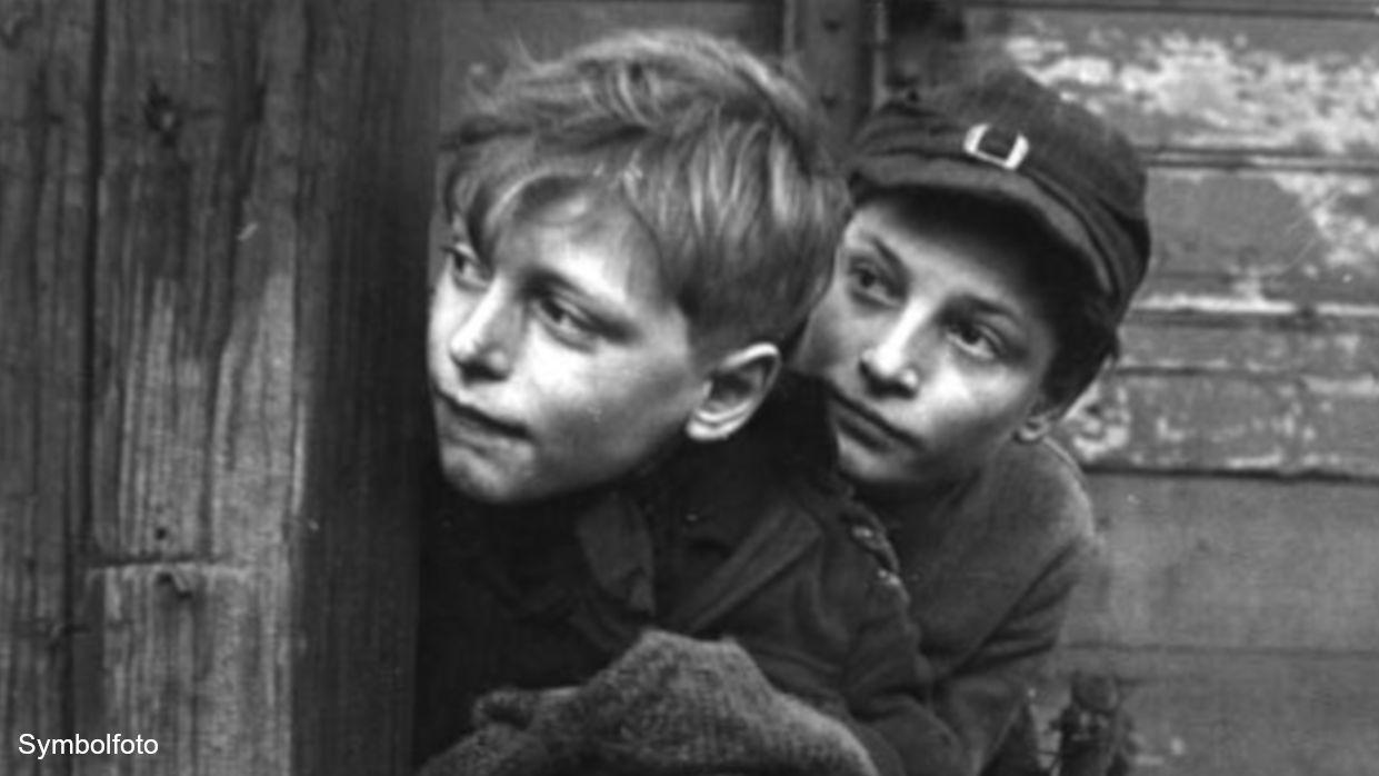 Kinder, die sich verstecken aus Angst vor der Polizei.