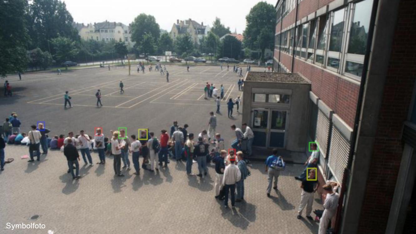 Schüler in der Pause auf einem Schulhof