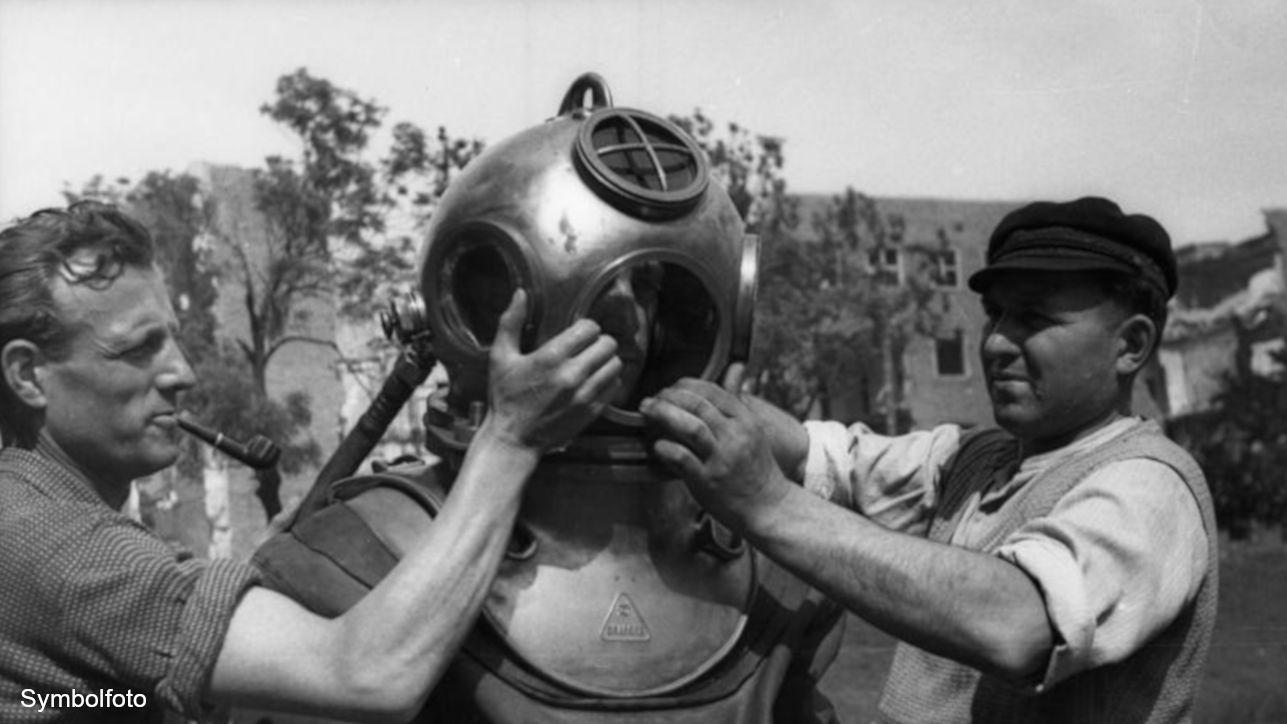Alter Taucheranzug mit Helm.