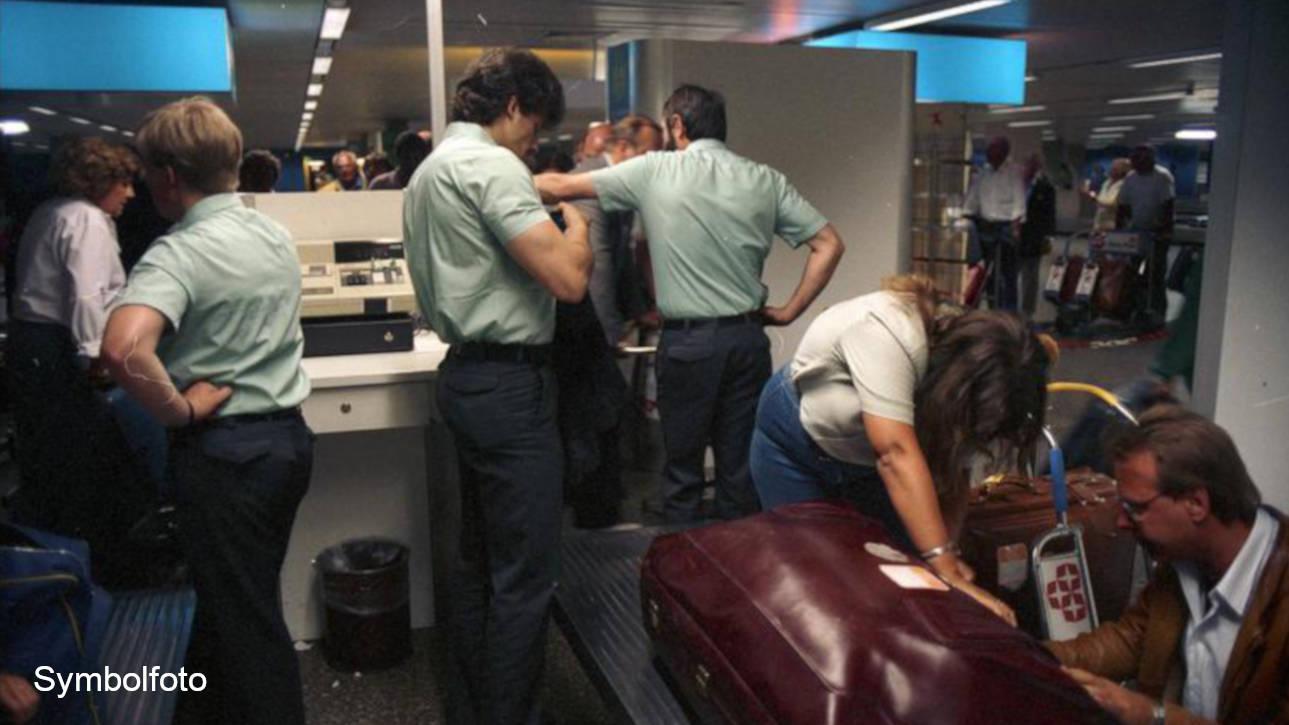 Zollkontrolle am Flughafen Frankfurt am Main, bei der Passagiere ihre Koffer öffnen müssen.