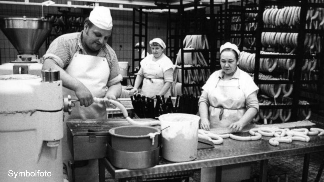 Currywurst- und Bockwurst-Produktion beim Fleischer.