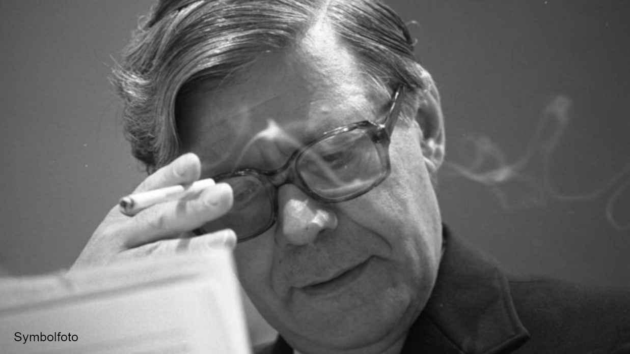Helmut Schmidt beim Rauchen einer Zigarette.
