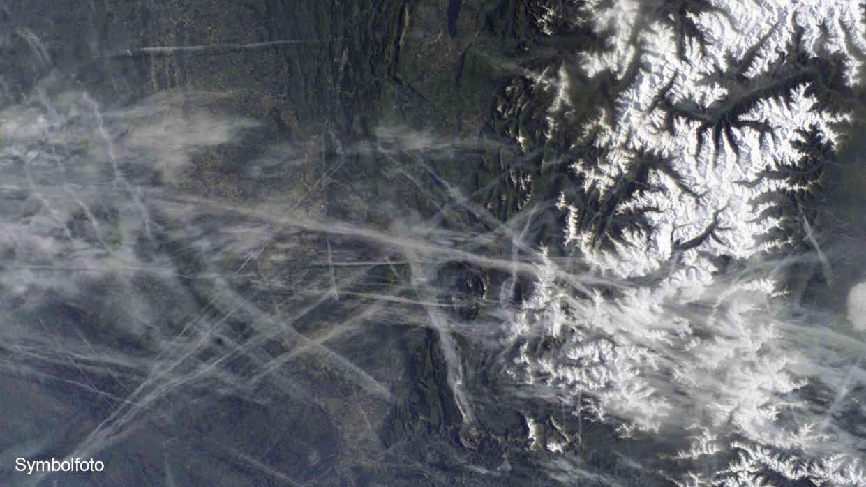 Kondensstreifen von Flugzeugen, aus denen Zirruswolken resultieren.