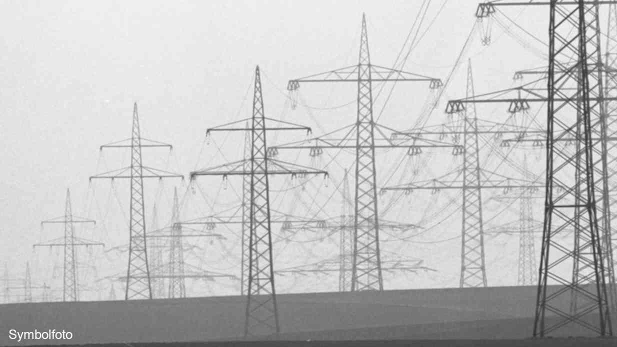 Strommasten in der Nähe eines Braunkohle-Kraftwerks.