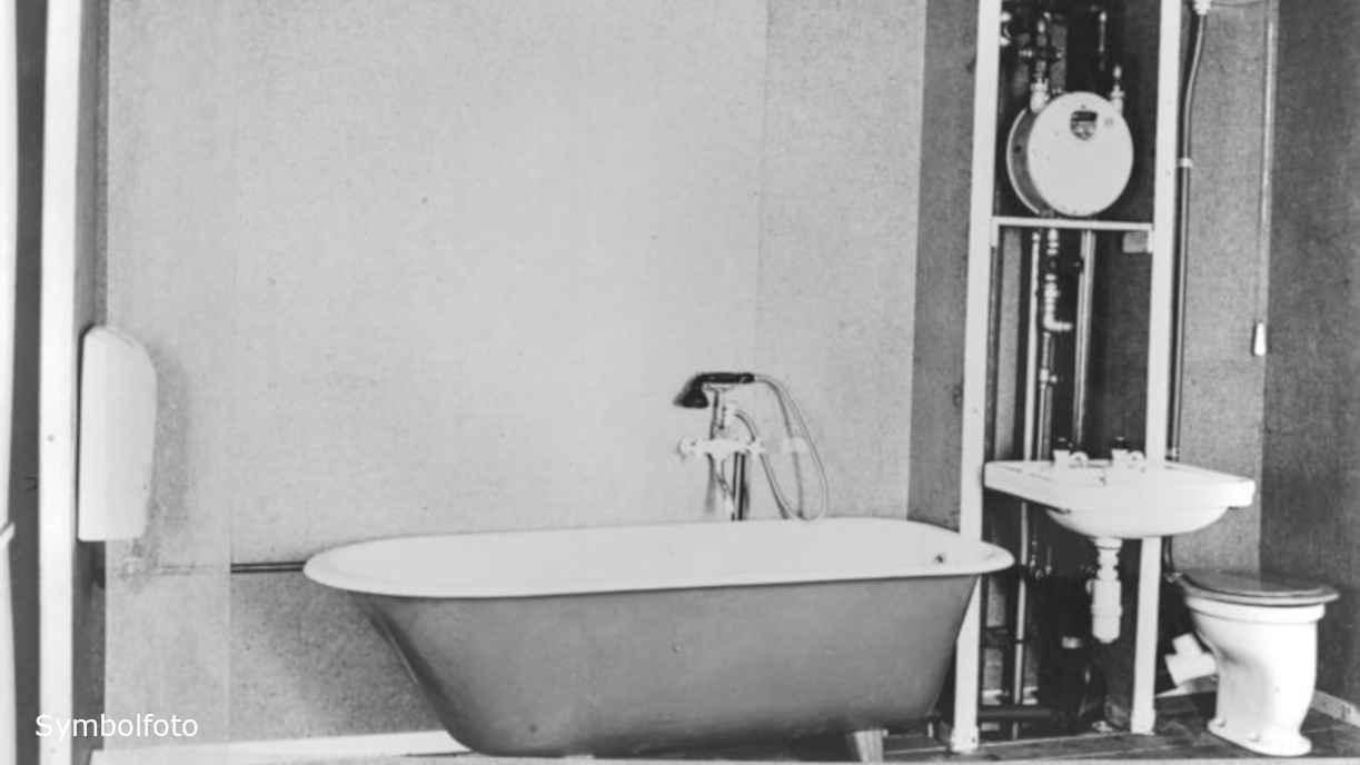 Badewanne und Toilette.