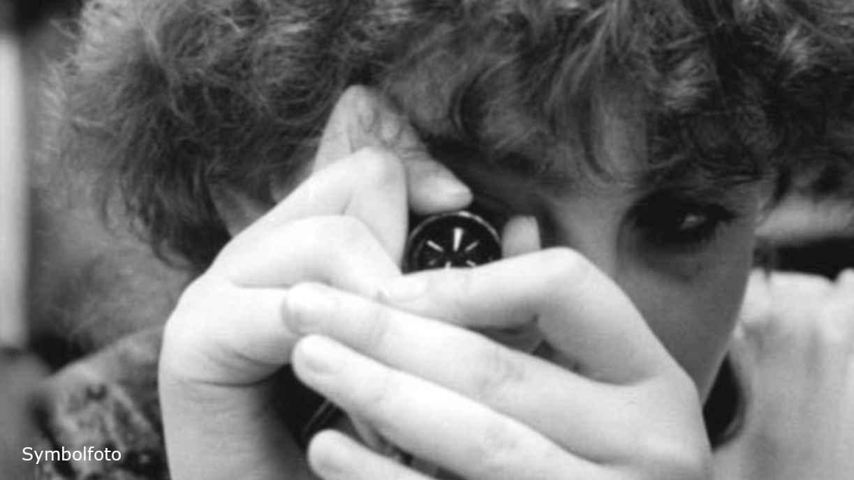 Mitarbeiterin kontrolliert optische Linsen