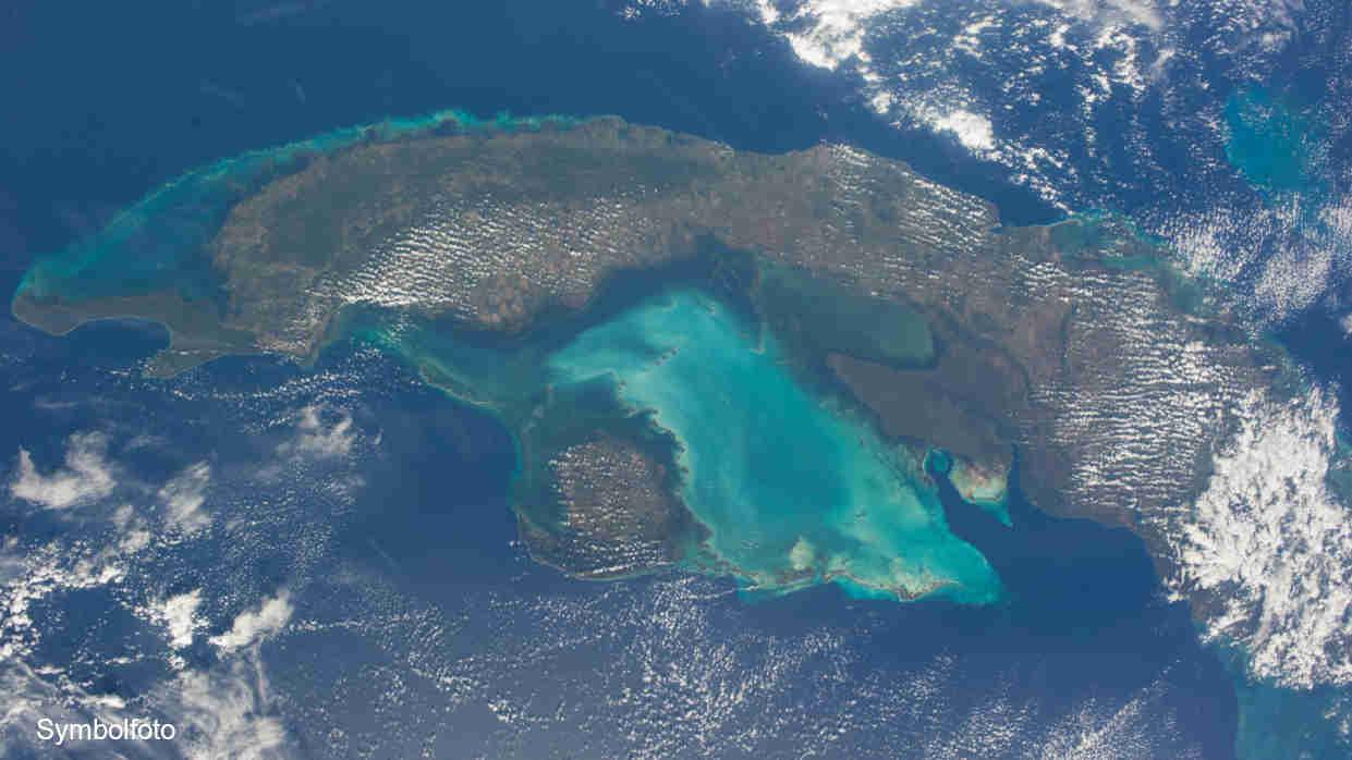 Ein Foto, das Kuba von oben zeigt.