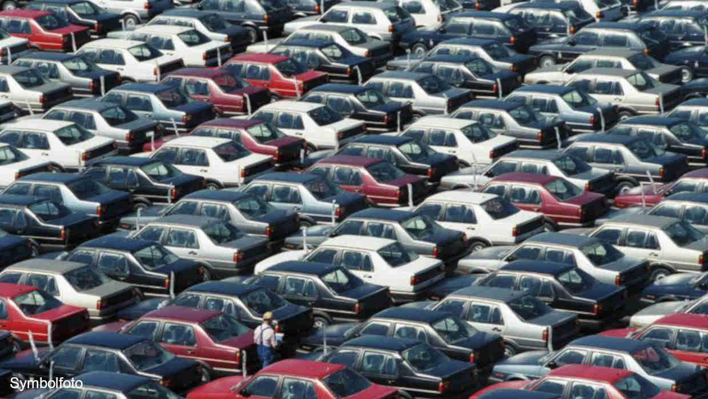 Parkplatz, auf dem viele Autos stehen.
