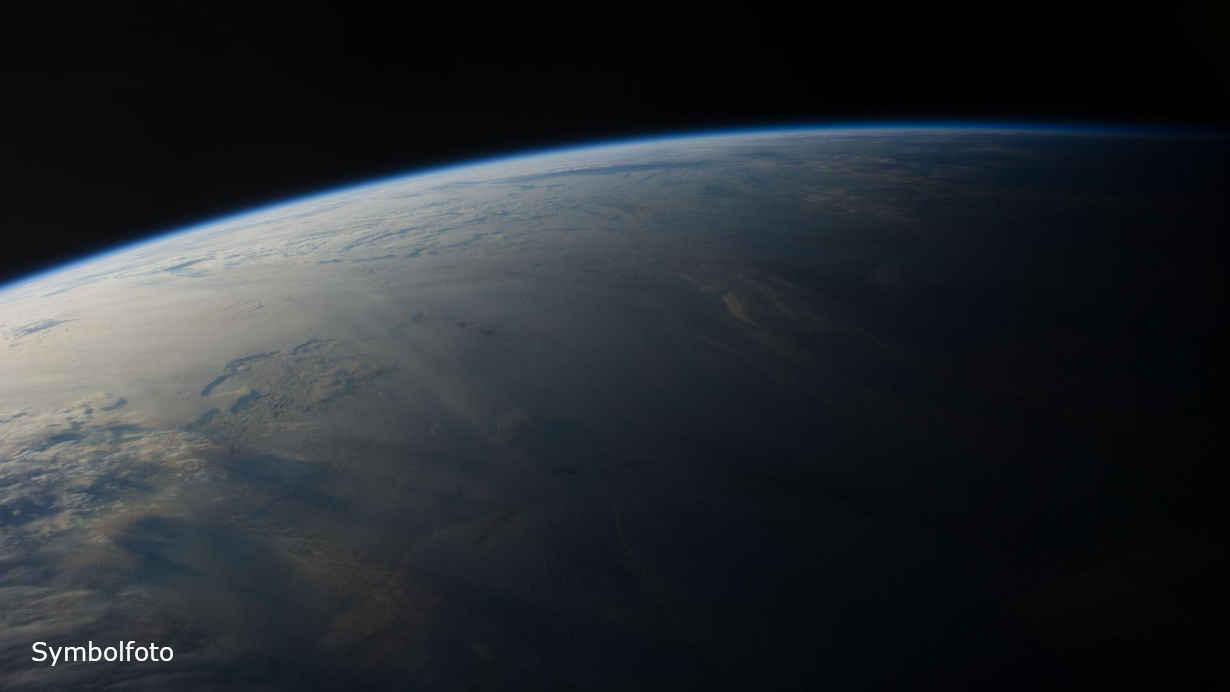 Planet Erde bei Sonnenaufgang