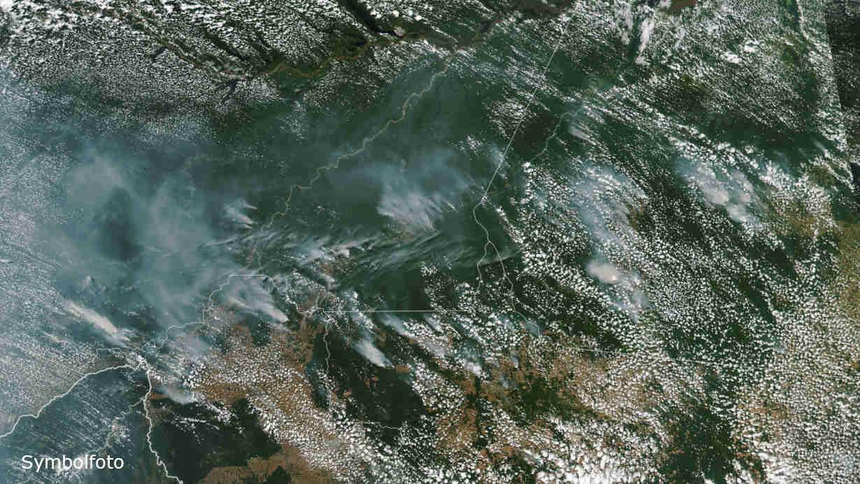 Feuer im Amazonas-Regenwald. Das Ausmaß der Waldbrände ist gut zu erkennen.
