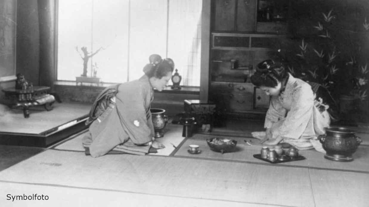 Zwei Frauen bei der japanischen Tee-Zeremonie