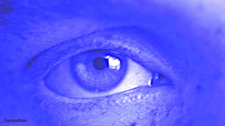 Auge in blauem Licht.