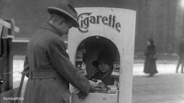Ein Mann kauft etwas am Zigaretten-Kiosk für Raucher.