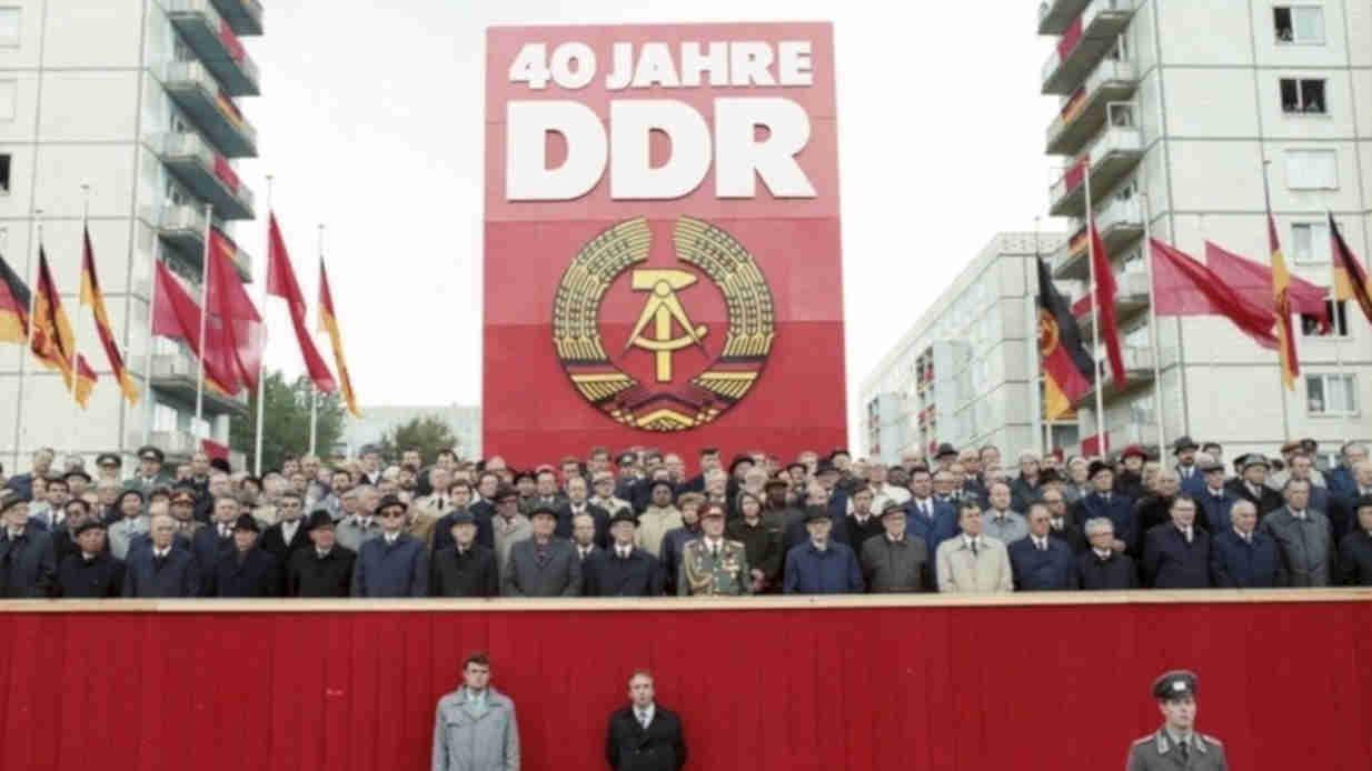 Erich Honecker und andere Staatschefs des Ostblocks feiern den 40. Jahrestag seit der Gründung der DDR im Rahmen einer Parade.