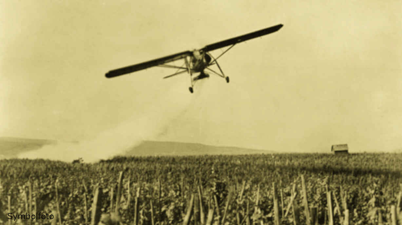 Versprühen von Schädlingsbekämpfungsmitteln (Pestizide) mit dem Flugzeug auf einer Anbaufläche.