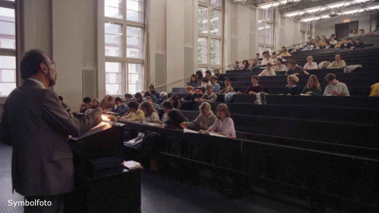 Studenten in einem Hörsaal bei einer Vorlesung an der Universität.